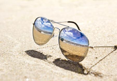 Photo pour sea landscape reflecting in the sunglasses on the beach - image libre de droit