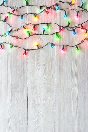 Photo pour Christmas lights over white painted planks for background - image libre de droit