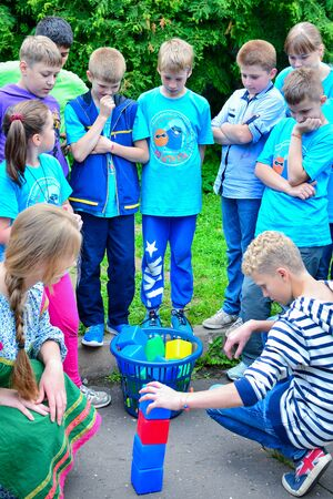 Photo pour Summer camp for gifted children - children's science city. In the photo, children play a creative game. - image libre de droit