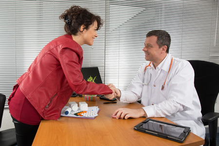 Foto de Doctor receiving a woman Pharmaceutical Sales Representative - Imagen libre de derechos