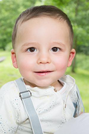 Photo pour Little boy in the woods park on Sunny day - image libre de droit