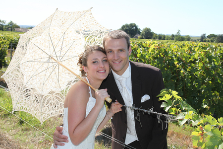 Photo pour charming young wedding couple in vineyard in summer with white umbrella - image libre de droit