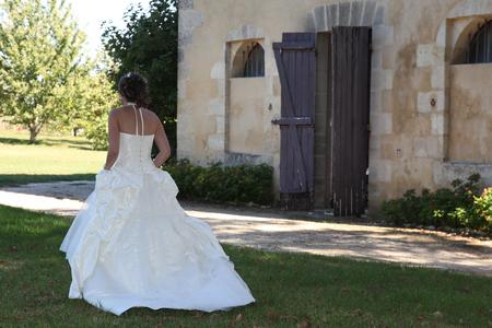 Photo pour back view of bride walking to wedding ceremony - image libre de droit