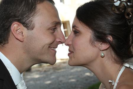 Photo pour fun face to face wedding couple in love portrait - image libre de droit