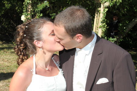 Photo pour couple wedding on the celebration day kiss in love - image libre de droit