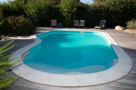 Photo pour Oval swimming pool in a garden area beautiful park - image libre de droit
