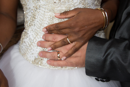 Photo pour african black bride hand and caucasian rings wedding - image libre de droit