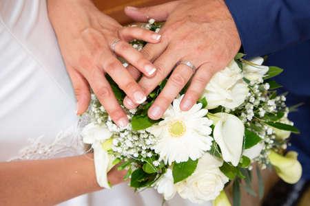 Photo pour groom man and bride woman hands with wedding rings - image libre de droit