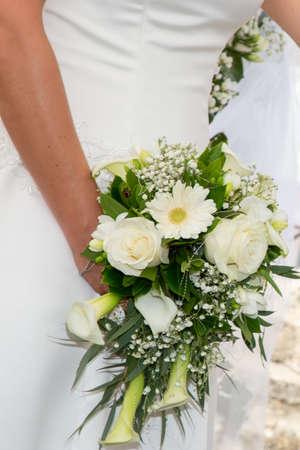 Photo pour Bride woman holding in hand wedding bouquet flowers - image libre de droit