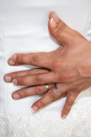 Photo pour bride and groom hands in love with rings in wedding day on dress background - image libre de droit