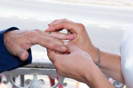 Photo pour marriage exchange of wedding rings bride and groom during ceremony - image libre de droit