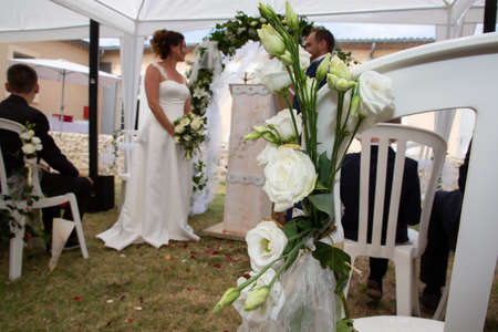 Photo pour bride and groom blurry in summer wedding tent decorated for secular wedding ceremony - image libre de droit