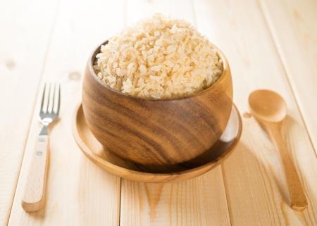 Foto de India cooked organic basmati brown rice in wooden bowl on dining table. - Imagen libre de derechos
