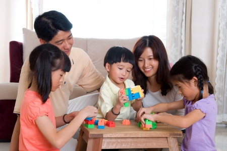 Foto de Asian family playing wife building blocks - Imagen libre de derechos