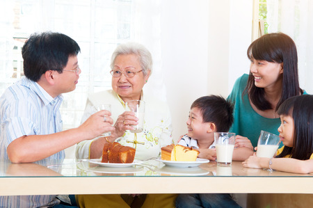 Foto de Asian three generations having breakfast - Imagen libre de derechos