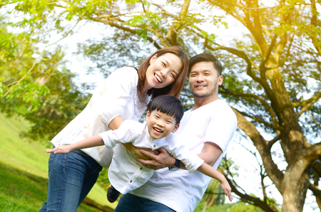 Photo pour Outdoor portrait of asian family - image libre de droit