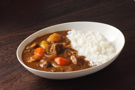 Foto de Japanese curry on wooden table - Imagen libre de derechos