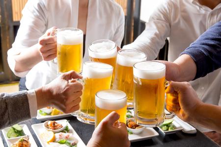 Foto de A toast in a pub - Imagen libre de derechos