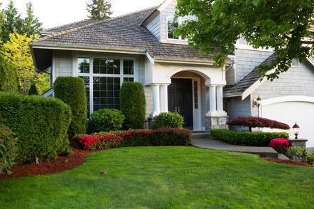 Foto de Beautiful home exterior during late spring season with clean landscape   - Imagen libre de derechos