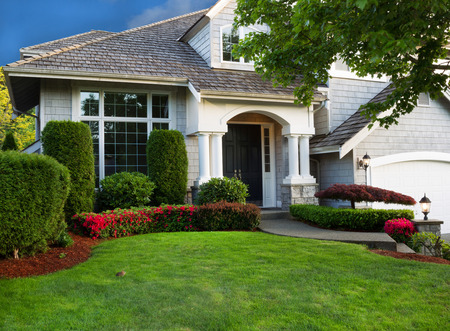 Foto de Clean exterior and landscape of residential home    - Imagen libre de derechos
