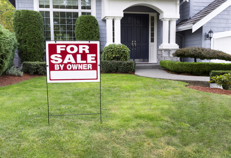 Photo pour Closeup view of Modern Suburban Home for Sale Real Estate Sign in front of modern home - image libre de droit
