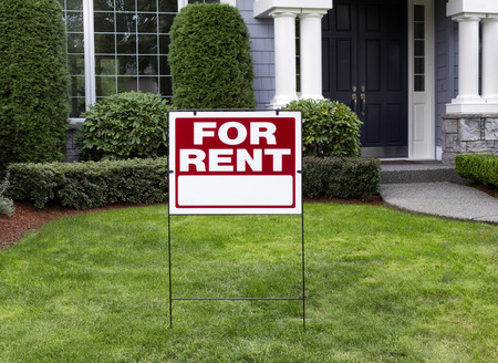 Photo pour Closeup view of Modern Suburban Home with for Rent Sign in front Yard - image libre de droit