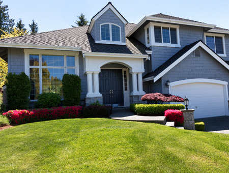 Foto de Front view of a well maintained front yard of home during a nice spring day - Imagen libre de derechos