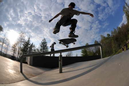 Photo pour skateboarder having fun at the local skate park - image libre de droit