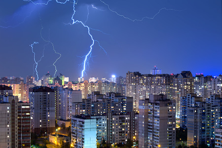 Photo pour A lot of large lightning bolts in the sky above the city. Wonders of nature. - image libre de droit