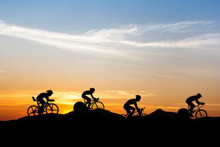 Foto de Cycling at mountain on twilight time - Imagen libre de derechos