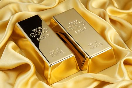 Photo pour Gold bars on golden silk - image libre de droit