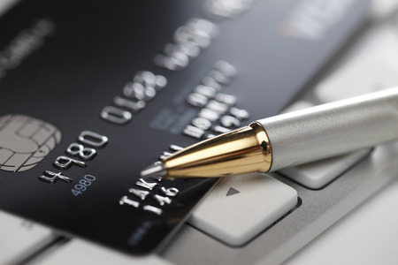 Photo pour Concept of online shopping with pen, keyboard and credit card - image libre de droit