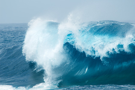 Foto de powerful ocean waves breaking natural background - Imagen libre de derechos