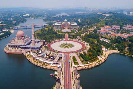 Photo pour Aerial view of Putra mosque with garden landscape design and Putrajaya Lake, Putrajaya. The most famous tourist attraction in Kuala Lumpur City, Malaysia - image libre de droit