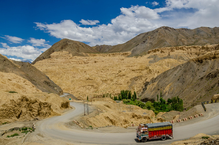 Photo pour Truck on the high altitude Srinaga-Leh road in Ladakh province, India - image libre de droit