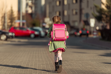 Foto de little  girl with a backpack going to school - Imagen libre de derechos