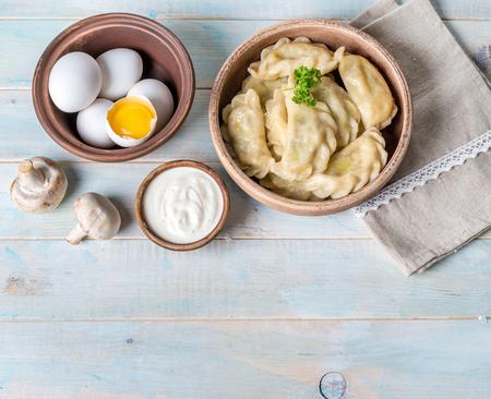 Photo pour vareniki with sour cream, space for text left, topshot - image libre de droit