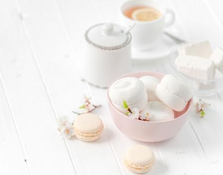 Photo pour bowl with zefir, white cup of tea - image libre de droit
