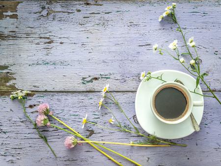 Photo pour daisies and clover, black coffee, copyspace, topview - image libre de droit