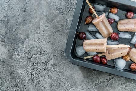 Photo pour Fresh ice cream from gooseberries, topview, copyspace - image libre de droit