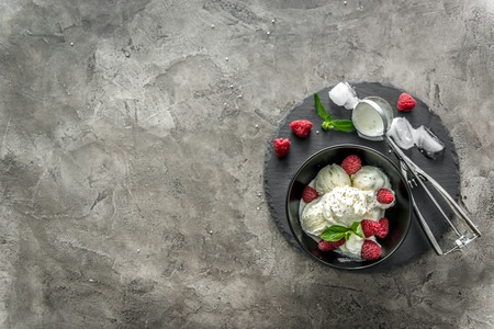 Photo pour ice cream with raspberries served in black piala - image libre de droit