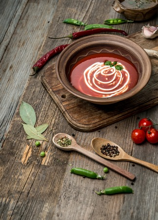 Photo pour Served bowl of tomato soup, topview - image libre de droit