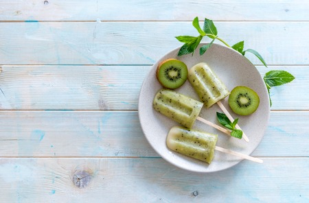 Photo pour homemade ice cream with kiwi, copyspace, topview - image libre de droit