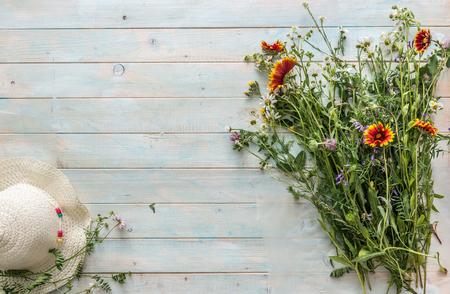 Photo pour orange field flowers, white women hat, copyspace, topview - image libre de droit