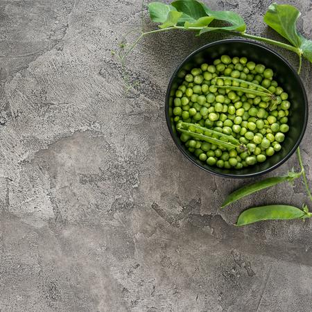 Photo pour Black bowl with green peas, topview, copyspace - image libre de droit