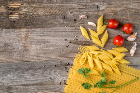 Photo pour spaghetti and spices, additional textspace left, topview - image libre de droit