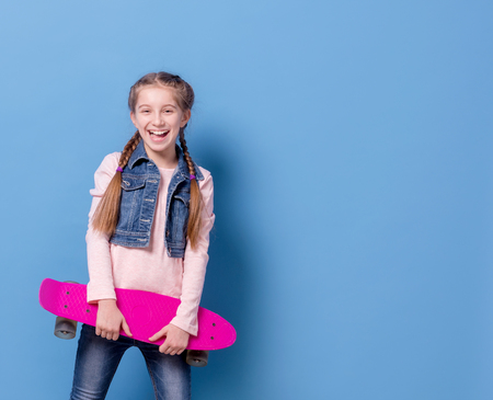 Photo pour Teenage girl with pink skateboard - image libre de droit