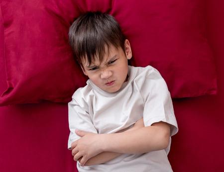 Photo pour Naughty little boy wont go to sleep - image libre de droit