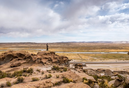 Photo pour Man standing on the edge of rocky hill in Bolivia - image libre de droit