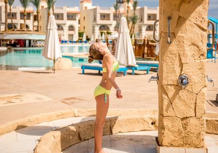 Foto de Teenage girl in the shower outside of hotel - Imagen libre de derechos
